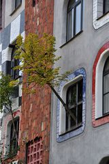 Hundertwasser-Schule # 4 - Schule, Wittenberg, Turm, Kugel, Gold, bunt, Säule, Fenster, Fensterrecht, Spirale, Baumbewohner, Menschenbewohner, Hundertwasser, Friedensreich, Stowasser, Dunkelbunt, Regentag