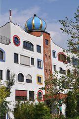 Hundertwasser-Schule # 7 - Schule, Wittenberg, Turm, Kugel, Gold, bunt, Säule, Fenster, Fensterrecht, Spirale, Baumbewohner, Menschenbewohner, Hundertwasser, Friedensreich, Stowasser, Dunkelbunt, Regentag