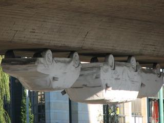Kunst am Bau: Autos hängen unter einer Brücke - Kunst, Skulptur, Auto