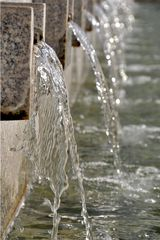 Wasserspiele - Wasser, fließen, flüssig, Agregatzustand, Leben, Brunnen, Süßwasser, Trinkwasser, Strahl, Schwall, nass, Tropfen, Wassertropfen, flüssig, fließen