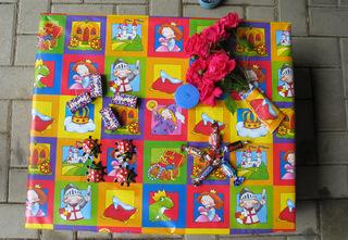 Geburtstagsgeschenk - Geschenk, Geburtstag, bunt, Blumen, Süssigkeiten, Geschenkpapier, verpackt, Verpackung, eingepackt