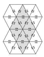 Puzzle aus dreieckigen Teilen mit Raute in der Mitte