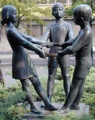 Kinderreigen - Skulptur, Kindergruppe, Reigen, Potsdam, drei