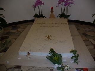 Papstgrab in Rom - Tod, Grab, Gedenken, Gebet, Papst, Pilgerstätte, Blumen, heiliger Ort