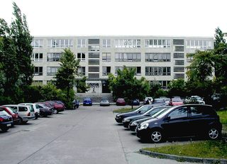 Schule in Plattenbauweise - Architektur, Plattenbau, Schule, Potsdam, Autos, Bäume, Betonfertigplatten, Bauverfahren, Parkplatz