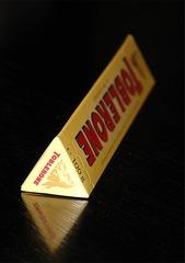 Toblerone-Schachtel - Toblerone, Schokolade, Süßigkeit, Dreieck Säule, Dreieck Prisma, gleichseitig, Spiegelung, Verpackung