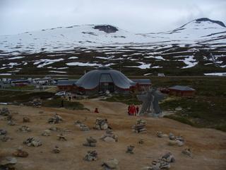 Polarkreis - Polarkreis, Norwegen, Polarsirkelsenteret, Café, Touristen, Steinpyramiden, Steinhaufen, Steine, Schnee, Touristenzentrum