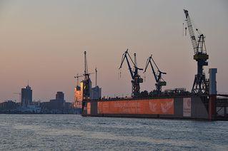Der Tag beginnt - Sonne, Sonnenaufgang, Morgen, Hafen, Hamburg, Fischmarkt, Wasser, Kran, Werft, Tagesanbruch, Tag, Nacht