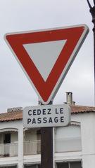 Cédez le passage - Frankreich, civilisation, panneau de signalisation, cédez le passage, Verkehrsschild, Vorfahrt, rue, Dreieck, gleichseitig, Symmetrie, Vorrang geben