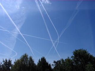 Flugzeugspuren - Spur, Flugzeugspur, Kondensstreifen, anthropogene Wolken, Eiskristalle, Abgase, Kondensation, Wärmelehre, Physik
