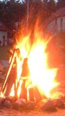 Lagerfeuer - Lagerfeuer, Lager, Feuer, Flammen, Abend, Romantik, brennen, lodern, Lichtquelle, Wärmequelle, heiß, Schreibanlass, hell