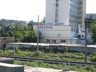 Werbung - Nähe Bahngleis - Russland, Ansicht, Landeskunde, Besiedlung, Industriebau, Gleise, Bahnhof, Schrift, Betrieb