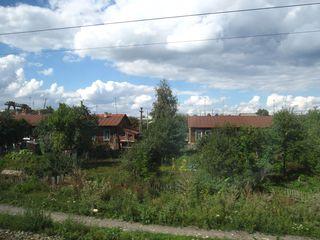 Dorf-kleine bewohnte Holzhäuser mit Gemüsegarten - Russland, Dorf, Ansicht, Landeskunde, Idylle, Besiedlung, Wiese, Landschaft, Einsamkeit, Feld, Natur, Garten, Gemüse