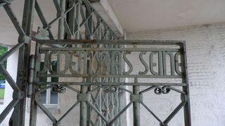 Inschrift auf dem Eingangstor des KZ Buchenwald - Buchenwald, Drittes, Reich, SS, Konzentrationslager, Verfolgung, Weimar, Geschichte, Nationalsozialismus