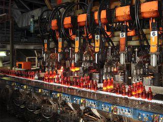 Glasproduktion # 1 - Glas, Flasche, Firma, Betrieb, Herstellung, Prozess, Produktion, Formgebung, formen, glühen, Glut, heiß, rotglühend, Fabrikation, Maschine, schmelzen, Hohlglas, Formglas, Chemie, Werkstoff
