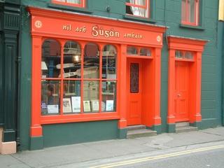 Haus in Irland - Irland, Haus, Hausfassade, Fassade, Fenster, irisch, gälisch, farbenfroh, Gehsteig, Landeskunde Irland