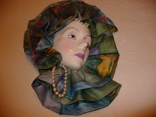 Masken 5 - Kunst, Maske, Venezianische Maske, Wandschmuck, Schmuck, Dekoration, bunter Stoff, Porzellan, Perlenschnur, Bemalung, Perlen, Seidenstoff, Gold, Karneval, Fasching, Verkleidung, venezianisch