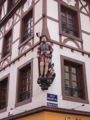 Skulptur  Wilhelm-Tell-Gasse Mulhouse - Frankreich, Elsass, Alsace, Straße, rue, Wilhelm Tell, Guillaume Tell, Schild, panneau, Figur