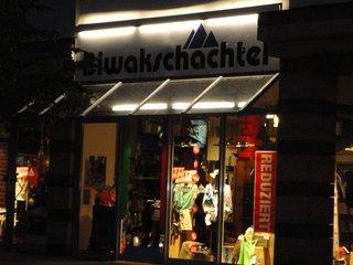 Bekleidungsgeschäft in Koblenz - Schaufenster, einkaufen, Bekleidung, Beleuchtung, Name, Firmierung