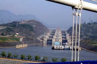 Fünfstufige Schiffsschleuse am Drei-Schluchten-Damm  - China, Jangtsekiang, Drei-Schluchten-Damm, Schiffsschleuse, Talsperre, Staumauer, Staudamm, Flutwasser, Überschwemmung, Energiegewinnung, Energie, Physik, Elektrizität, elektrischer Strom, Kraftwerk, Wasserkraftwerk, Druck, Wasserdruck