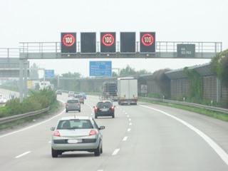 Autobahn1 - Autobahn, Verkehrsschilder, 100 km, Geschwindigkeitsbeschränkung, Anzeigetafel, dreispurig, A7, rot, Fernverkehr, Kraftfahrzeuge, Richtungsfahrbahnen, Grünstreifen, Schutzplanken