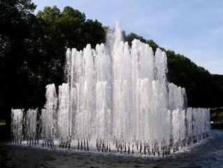 Wasserspiele im Stadtpark Hannover #2 - Wasserspiele, Fontaine, Fontäne, Wasser, Springbrunnen, Kunst, plätschern, Meditation, Becken, symmetrisch, Symmetrie, Quadrat