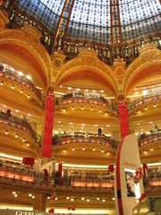 Galeries Lafayette 1 - Galerie Lafayette, Frankreich, Paris, Kaufhaus, Warenhaus, Einkaufszentrum, Galerie, Etagen, Stockwerk, einkaufen, Beleuchtung, Landeskunde Frankreich, Jugendstil