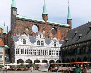 Rathaus in Lübeck  - Lübeck, Rathaus, Hansestadt, Backsteingotik, 1308, Renaissancelaube, Sandstein, Ratskeller, Löcher, Fassade, Windbrecher, Wind, Wappen, Markt, Marktplatz, Arkaden