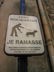 Französisches Hundeschild - Paris, Frankreich, Schild, Hund, Leine, Kot, Sauberkeit, Verschmutzung, Schmutz, Aufforderung, appellativ, Appell, Umwelt, Hundekot