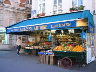 Gemüsestand - Paris, Frankreich, Gemüsestand, Händler, Gemüse, Markt, einkaufen, Marktstand, verkaufen, Verkauf, Obst, Landeskunde Frankreich, legumes, halles, les halles, Schreibanlass