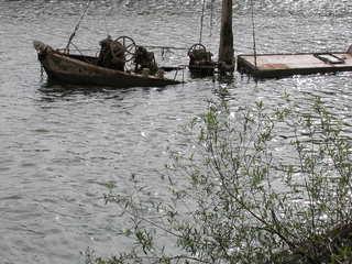 halbversunkenes Boot - Boot, Kutter, Schiff, Schiffwrack, Wrack, versunken, gesunken, Rhein, geflutet, Wasser, Vergänglichkeit, vergänglich, versunken, Untergang, untergehen, Meditation, Ethik