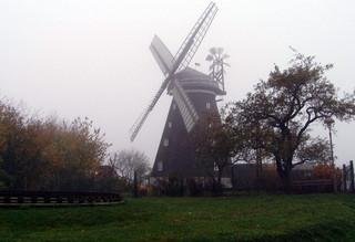 Mühle im Herbst #1 - Mühle, mahlen, Windmühle, Mühlenflügel, herbstlich, neblig, diesig, Windkraft, Bauwerk