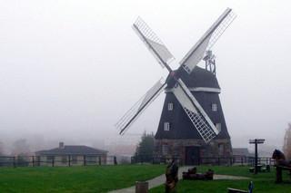Mühle im Herbst #2 - Mühle, Mühlenflügel, Windmühle, mahlen, herbstlich, neblig, diesig, Windkraft, Bauwerk