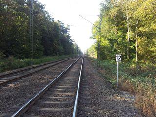 Bahngleis - Gleis, Signal, Bahnhof, Verkehr, Eisenbahn, Weg, Zug, Einfahrt, Fahrbahn, Schienenfahrzeug, Schwelle, parallel, Spurweite, Gleiskörper, Gleisbett, Schotter, Fluchtpunkt, Perspektive, Gleise