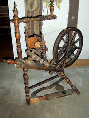 Spinnrad #1 - Spinnrad, spinnen, Flachs, Garn, Spindel, Faden, drehen, Handwerk, Pedal, Kurbel, Schwungrad, Physik, Kraftübertragung, Übersetzung, Geschwindigkeit
