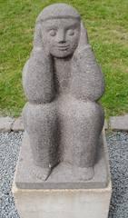 Skulptur Dieter Heuft #3 - Skulpturen, Skulptur, Dieter Heuft, Menschen, Basalt, Stein, Prozession, Prozessionsweg, Bildhauerei, Plastik, Säulenform, Frau, hockend, nichts hören