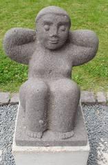 Skulptur Dieter Heuft #5 - Skulpturen, Skulptur, Dieter Heuft, Menschen, Basalt, Stein, Prozession, Prozessionsweg, Bildhauerei, Plastik, Säulenform, Frau, hockend