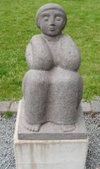 Skulptur Dieter Heuft #8 - Skulpturen, Skulptur, Dieter Heuft, Menschen, Basalt, Stein, Prozession, Prozessionsweg, Bildhauerei, Plastik, Säulenform, Frau, hockend