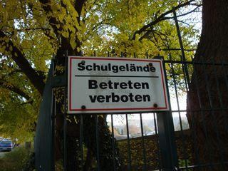 Seltsam - Schild, Verbot, Schule, Gelände, Kurioses