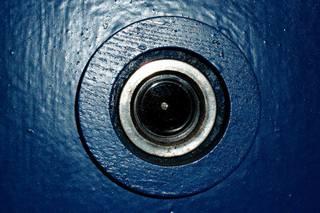 Spion - Türspion - Türlinse, Tür, Haustür, Wohnungstür, Linse, Weitwinkeloptik, Spion, spionieren, Türspion, sichern, Sicherheit, Schutz, Kontrolle, Einbruch, Optik, Physik, Brechung