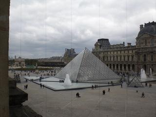 Les pyramides du Louvre - Frankreich, Paris, Louvre, Pyramide, Glaspyramide, Museum, musée, Glas, Kunstmuseum, Innenhof, Ieoh Ming Pei, Wahrzeichen, Mathematik, Körper