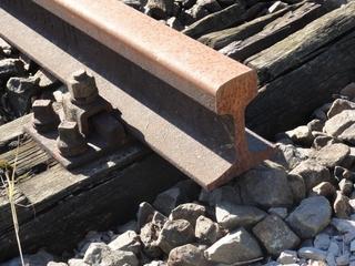 Schiene - Eisenbahn, Eisenbahnschiene, Eisen, Stahl, Rost, verrostet, Schotter, Holz, Schwelle, Eisenbahnschwelle, Schrauben, Vierkantschrauben, Befestigung, Gleisbett, Querschnitt