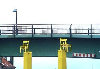 gelbe Stühle  - Stühle, Stuhl, Sessel, Kunst, Kunstinstallation, Kunstobjekt, Brücke, gelb, Geländer