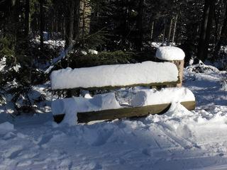 Bank mit Schnee - Winter, Schnee, Bank, Sonne, Licht, zugeschneit, verschneit, schneebedeckt