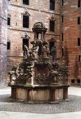 Der Taufstein Maria Stuarts im Hof der Schlossruine Linlithgow - Schottland, Schloss Linlithgow, Taufstein, Maria Stuart, Ruine, Innenhof, Brunnen