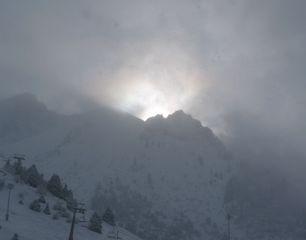 Sonne im Hochgebirge - Sonne, Gegenlicht, Licht, Schneetreiben, Schneegestöber, Schneesturm, Schnee, Hochgebirge, Hang, Gipfel, trüb, Einsamkeit, Winter, eisig, kalt
