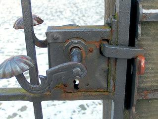 Altes Türschloss #2 - Schloss, Türschloss, Schlüssel, Kastenschloss, Tür, Pforte, Klinke, Türklinke, Schlüsselloch, Eisen, Rost, rostig, alt, schließen, öffnen, abschließen