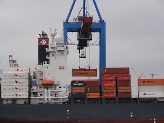 Containerkran - Container, Containerumschlag, Umschlag, Kran, Hafen, Hamburg, Containerterminal, Hapag-Lloyd, Hamburg-Süd, Reederei, Logistik, Logistikunternehmen, Schiffsschornstein, Rettungsboot