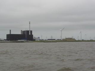AKW Brunsbüttel - Brunsbüttel, AKW, Atomkraftwerk, Kernkraftwerk, Kraftwerk, Atomstrom, Strom, Energie, Elbe, Stromleitung, Strommast, Windrad, Radioaktivität, Kernspaltung, Strahlung, Physik, Elektrizität, Stromerzeugung, Stromgewinnung, Energiegewinnung, Energieerzeugung