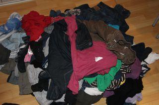 Schmutzwäsche - Wäsche, Maschinenwäsche, Waschmaschine, Schmutzwäsche, Dreckwäsche, Buntwäsche, Wäschehaufen, Wäsche sortieren, Farben, Textilart, schmutzige Wäsche, unsortiert, schmutzig, waschen, Haushalt
